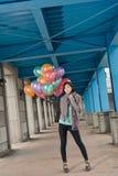 Κομψά ασιατικά μπαλόνια εκμετάλλευσης ομορφιάς κάτω από τη γέφυρα Στοκ φωτογραφία με δικαίωμα ελεύθερης χρήσης