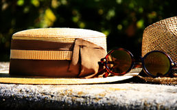 Κομψά γυαλιά καπέλων αχύρου και σχεδιαστών Στοκ Εικόνες
