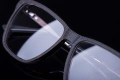 Κομψά γυαλιά σε ένα μαύρο υπόβαθρο με μια εικόνα καθρεφτών Στοκ Φωτογραφίες