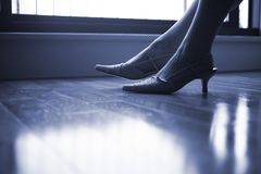 Κομψά γυναικεία πόδια και πόδια Στοκ φωτογραφία με δικαίωμα ελεύθερης χρήσης