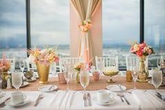 Κομψά επιτραπέζια ντεκόρ και κεντρικά τεμάχια δεξίωσης γάμου Στοκ Φωτογραφία