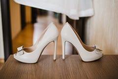 Κομψά και μοντέρνα άσπρα γαμήλια νυφικά παπούτσια Στοκ Εικόνα