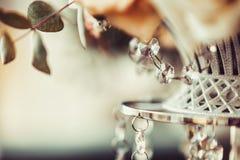 Κομψά καλαίσθητος που διακοσμείται με το γαμήλιο ντεκόρ κρυστάλλων και λουλουδιών, καλοκαίρι, τρύγος, glamor Στοκ φωτογραφία με δικαίωμα ελεύθερης χρήσης
