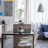 Κομψά κουζίνα και καθιστικό που συνδυάζονται στοκ φωτογραφία