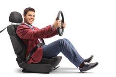 Κομψά ντυμένο άτομο σε ένα κάθισμα αυτοκινήτων που οδηγεί και που εξετάζει το γ Στοκ φωτογραφίες με δικαίωμα ελεύθερης χρήσης