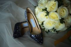 Κομψά νυφικά παπούτσια και ένα πέπλο, εκλεκτική εστίαση Στοκ Φωτογραφία