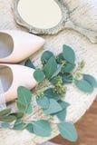 Κομψά παπούτσια γυναικών, καθρέφτης χεριών στοκ εικόνα