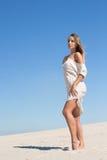 Κομψές καμπύλες ενός όμορφου θηλυκού αριθμού στην έρημο Στοκ φωτογραφία με δικαίωμα ελεύθερης χρήσης