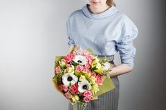 Κομψή ανθοδέσμη του γαρίφαλου, ορχιδέα, τριαντάφυλλα, anemone υπό εξέταση Μια χαριτωμένη μαλακή ανθοδέσμη των εξωτικών λουλουδιών Στοκ φωτογραφία με δικαίωμα ελεύθερης χρήσης