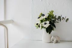 Κομψή ανθοδέσμη των anemones Στοκ Φωτογραφία