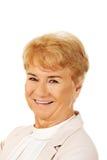 Κομψή ανώτερη ξανθή γυναίκα χαμόγελου Στοκ Εικόνα