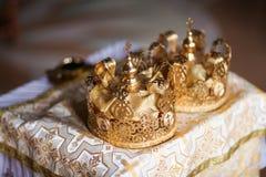 Κομψή γαμήλια κορώνα ή τιάρα που προετοιμάζεται για το γάμο στην εκκλησία στοκ φωτογραφίες