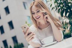 Κομψή γοητευτική μοντέρνη γυναίκα που χρησιμοποιεί το wifi για την τηλεοπτική κλήση με τον Στοκ Εικόνα