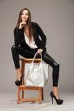 Κομψή γυναίκα με μια ασημένια τσάντα Στοκ εικόνα με δικαίωμα ελεύθερης χρήσης