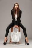 Κομψή γυναίκα με μια τσάντα μόδας Στοκ Φωτογραφίες