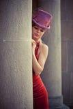Κομψή γυναίκα με τον κύλινδρο Στοκ φωτογραφία με δικαίωμα ελεύθερης χρήσης