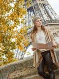 Κομψή γυναίκα με το χάρτη που εξετάζει την απόσταση στο Παρίσι Στοκ φωτογραφία με δικαίωμα ελεύθερης χρήσης