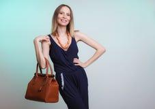 Κομψή γυναίκα μόδας με την τσάντα δέρματος στοκ φωτογραφία με δικαίωμα ελεύθερης χρήσης