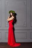 Κομψή γυναίκα μόδας Χριστουγέννων Νέο έτος Χριστουγέννων hairstyle και makeup Πανέμορφη κυρία ύφους μόδας με τις διακοσμήσεις Χρι Στοκ Εικόνα