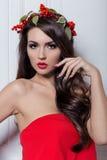 Κομψή γυναίκα μόδας Χριστουγέννων Νέο έτος Χριστουγέννων hairstyle και makeup Πανέμορφη κυρία ύφους μόδας με τις διακοσμήσεις Χρι Στοκ Εικόνες