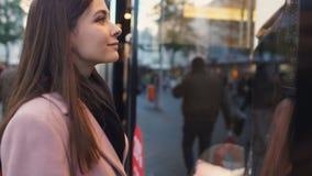 Κομψή γυναίκα που εξετάζει το μοντέρνο φόρεμα, που περιμένει το φίλο για να πάει φιλμ μικρού μήκους