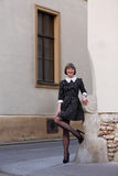 Κομψή γυναίκα που φορά ένα μαύρο εκλεκτής ποιότητας φόρεμα με τα άσπρα σημεία Στοκ φωτογραφία με δικαίωμα ελεύθερης χρήσης