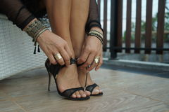 Κομψή γυναίκα που φορά τα παπούτσια Στοκ Φωτογραφία