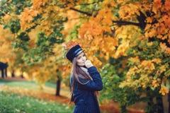 Κομψή γυναίκα που φορά το κομψό καπέλο στοκ εικόνα με δικαίωμα ελεύθερης χρήσης