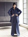 Κομψή γυναίκα που φορά το κοστούμι τζιν σε ένα στούντιο Στοκ εικόνες με δικαίωμα ελεύθερης χρήσης