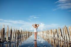 Κομψή γυναίκα που χορεύει στο νερό στοκ εικόνες