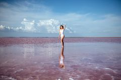 Κομψή γυναίκα που χορεύει στο νερό στοκ εικόνα