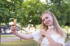Κομψή γυναίκα στη συμπαθητική διάθεση στοκ φωτογραφίες με δικαίωμα ελεύθερης χρήσης
