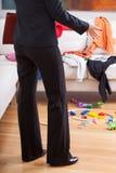 Κομψή γυναίκα στο ακατάστατο δωμάτιο Στοκ εικόνες με δικαίωμα ελεύθερης χρήσης
