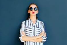 Κομψή γυναικεία γυναίκα μόδας που φορά μια μαύρη τοποθέτηση γυαλιών ηλίου Στοκ φωτογραφία με δικαίωμα ελεύθερης χρήσης
