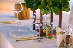 Κομψή επιτραπέζια θέτοντας υπηρεσία εστιατορίων για την υποδοχή με τη διατηρημένη κάρτα Στοκ Φωτογραφίες
