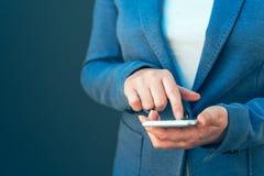 Κομψή επιχειρηματίας που χρησιμοποιεί το smartphone Στοκ εικόνες με δικαίωμα ελεύθερης χρήσης