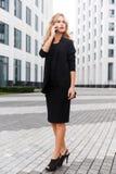 Κομψή επιχειρησιακή κυρία στην ολόκληρη ομιλία στο τηλέφωνο στοκ εικόνες