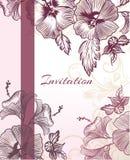Κομψή κάθετη κάρτα πρόσκλησης με τα πορφυρά λουλούδια Στοκ Εικόνες