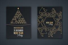 Κομψή κάρτα πρόσκλησης για το νέο κόμμα έτους ` s Μωσαϊκό σχεδίων φιαγμένο από χρυσά τρίγωνα σε ένα μαύρο υπόβαθρο Χριστουγεννιάτ διανυσματική απεικόνιση