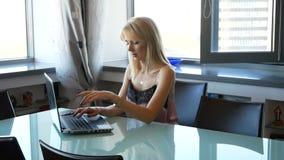 Κομψή και εύθυμη γυναίκα ο συγγραφέας γυναικών τελειώνει την ιστορία και κλείνει το lap-top απόθεμα βίντεο