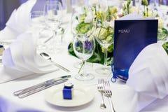 Κομψή και ρομαντική επιτραπέζια καθορισμένη διακόσμηση για το γάμο ή το γεγονός π Στοκ Εικόνες