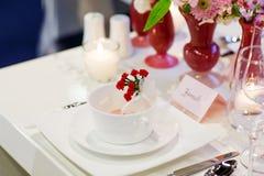 Κομψή και ρομαντική επιτραπέζια καθορισμένη διακόσμηση για το γάμο ή το γεγονός π Στοκ φωτογραφία με δικαίωμα ελεύθερης χρήσης