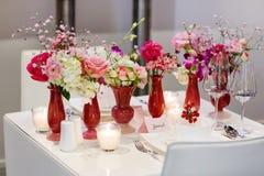 Κομψή και ρομαντική επιτραπέζια καθορισμένη διακόσμηση για το γάμο ή το γεγονός π Στοκ Εικόνα