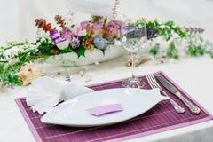 Κομψή και ρομαντική επιτραπέζια καθορισμένη διακόσμηση για το γάμο ή το γεγονός π Στοκ φωτογραφίες με δικαίωμα ελεύθερης χρήσης