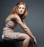 κομψή καλυμμένη γυναίκα στούντιο φορεμάτων Στοκ φωτογραφίες με δικαίωμα ελεύθερης χρήσης