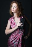 κομψή καλυμμένη γυναίκα στούντιο φορεμάτων Στοκ Φωτογραφία