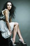 κομψή καλυμμένη γυναίκα στούντιο φορεμάτων Στοκ εικόνες με δικαίωμα ελεύθερης χρήσης
