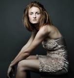 κομψή καλυμμένη γυναίκα στούντιο φορεμάτων Στοκ Εικόνες