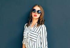 Κομψή κυρία γυναικών μόδας που φορά μια μαύρη τοποθέτηση γυαλιών ηλίου Στοκ Εικόνες
