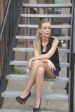 Κομψή κυρία που περιμένει το τηλεφώνημα Στοκ Εικόνες